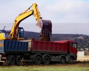 koparko-ładowarka współpracująca z ciężarówką